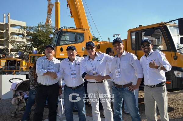 巴西最大的工程机械展M&T展上客户成交合影